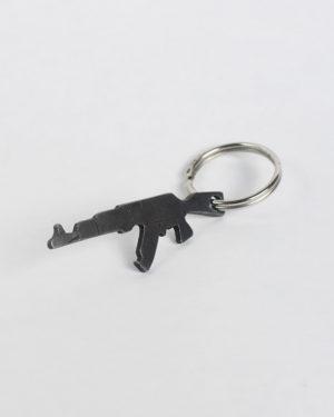 Kovaný prívesok - otvárak zbrane typu AK-47 uchopený na kľúčovom krúžku