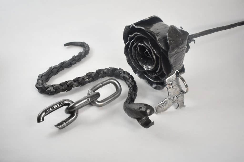 Umelecké kováčstvo AVAJAK kované produkty ako: kovaný had, kovaná ruža, upravená reťaz s prispôsobeným textom a na mieru vyrobený prívesok lyžiarky