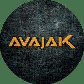 Ošúchané kruhové textové logo spoločnosti AVAJAK s.r.o. s kladivom