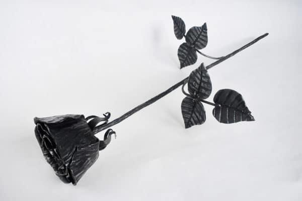 Kovaná ruža so stonkou, dvomi vetvami a šiestimi lístkami